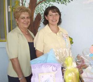 Laura Lizárraga de Martínez con la anfitriona de su fiesta de canastilla, Rosalba Rodríguez de Martínez.