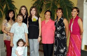 Ana Chew de García disfrutó de una fiesta de regalos por la cercana llegada de su bebé.