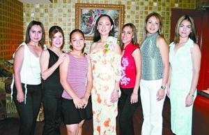 Analilia Chavarría Limón acompañada de sus amigas, en la despedida de soltera que le ofrecieron por su próxima boda.