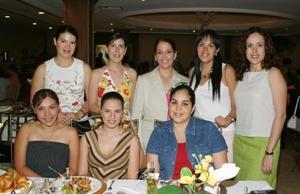 Bárbara Colliere de la Maliere, acompañada por algunas de las invitadas a su primera despedida de soltera.