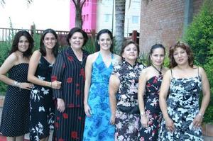 Cecilia Ortiz Saborit acompañada de sus amigas, en la despedida de soltera que le ofrecieron.
