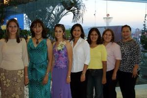 Gabriela Salcido Moreno en compañía de sus amigas, en la despedida de soltera que se le ofreció en días pasados.