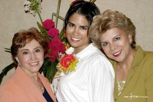 La festejada junto a MAru Vargas Correjo y Maris Ortiz de Lozano.
