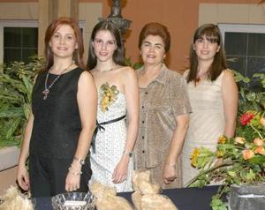 Olivia Castañeda Diez en compañía de Amelia Rodríguez de Muñoz, Nina Santos de Muñoz y Karla von Bertrab de Muñoz, en su despedida de soltera.