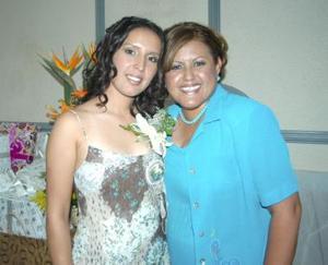 <u><b> 11 de Junio </u> </b><p>  Perla Valeria Ayala Alanís acompañada de su mamá, Oralia Alanís de Ayala, organizadora de su despedida de soltera.