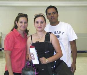 Adriana Rentería viajó a Los Ángeles y fue despedida por Hilda Maldonado y Jesús Rentería.