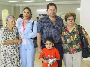 <u><b> 11 de Junio </u> </b><p> Marisa Ontiveros de Franco viajó a Los Ángeles y fue despedida por Gerardo, Flor, Ladislada y Jorge Ontiveros.