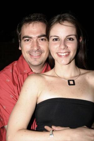 Roberto Muñoz y Olivia Castañeda Diez, captados en la despedida de solteros que se les ofreció por su próxima boda.