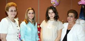 Janeth Bitar de Pose con las anfitrionas de su fiesta de canastilla realizada en días pasados, Gloria Humphrey, Janeth Canavati y Luisa Feranada Ruiz.