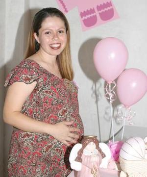 Maricela Herrera de Hernández, en la fiesta de regalos que le ofrecieron en honor del bebé que espera.