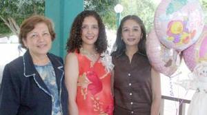 <u><b> 12 de Junio </u> </b><p>  Martha Estrada de Esparza en compañía de Martha de Estrada y Claudia Estrada de Gil, en su fiesta de regalos.