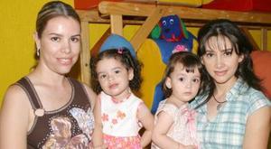 María Eugenia Rojas y María del Carmen García, durante el doble festejo que le organizaron a su pequeñas María Fernanda Chávez y jimena galindo, con motivo de sus respectivos cumpleaños.