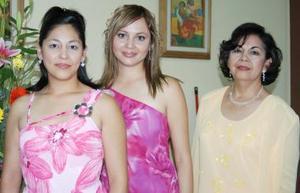 Con motivo de su cercano enlace matrimonial, Karla Edith Reyes Rodríguez fue festejada con una despedida de soltera, organizada por su mamá juanita Rodríguez García y su hermana Elizabeth.