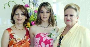 La festejada en compañía de Gabriela Ledesma de Torres y Carola Cardini de Villalpando.