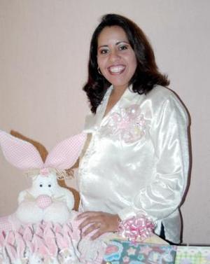 Ana María Licerio de López recibió sinceras felicitaciones, en la fiesta de regalos que le ofrecieron al bebé que espera.