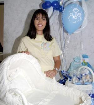 Selene Delgado de Frías espera la llegada de un bebé para los últimos días de junio y por tal motivo, recibió numerosos obsequios