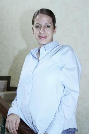 Analía Jaidar Álvarez recibió sinceras felicitaciones en la fiesta de regalos que le ofrecieron por el próximo nacimiento de su bebé
