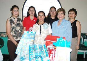 Cristina Luna Chávez de Violante en compañía de algunas de las invitadas, a su fiesta de canastilla.
