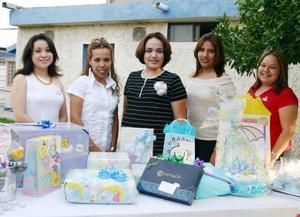 Alhelí Flores de Reyes acompañada de Elsa Martpinez, Laura Ortiz, Ivette Cortez y Nadia Jasson organizadoras de su fiesta de regalos