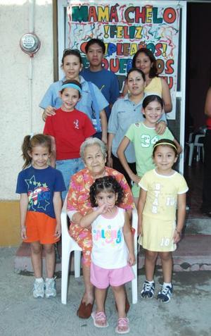 Consuelo Villegas de Huerta acompañadad de sus nietos, en la fiesta de cumpleaños que le ofrecieron en días pasados.