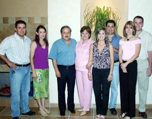 Jesús Manzanera Villegas acompañado por su esposa María del Carmen de Manzanera y por sus hijos quienes lo felicitaron por su 60 aniversario de vida