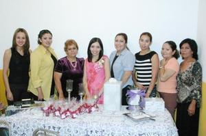 Sandra Ivonne Herrera González acompañada de algunas asistentes a su despedida de soltera