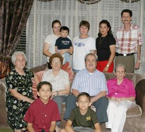 <u><b> 13 de Junio </u> </b><p>   Señor Domitilo Villaseñor Macías rodeado de su familia en la fiesta que e ofrecieron por su 80 aniversario de vida