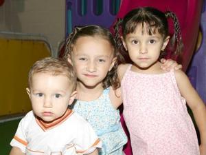 Carlos, Eloísa y Regina González