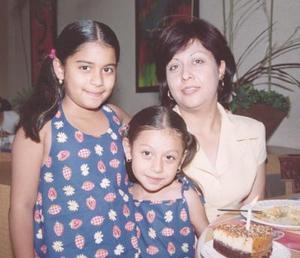 Daniela Barragán de Martínez acompañada de su mamá Juanis Martínez y de su hermanita Alejandra Barragán Martínez en el convivio que se le ofreció por sus nueve años