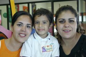 Sebastián Garza Rivera acompañado de su m,amá, Boone Garza y de su hermana en su fiesta de cumpleaños