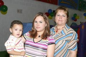 El pequeño Mario Alberto Castañeda con su abuelita Ángeles González de Martínez y su mamá Ángeles Martínez de Castañeda