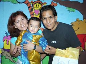 Gael Fernando Mireles ROdríguez acompañado de sus papás Susana Rodríguez Díaz y Roberto Mireles Ramírez