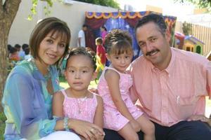 Javier González y Mayra Corral de González con sus hijas Luisa Fernanda y Paulina