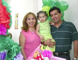 La pequeña Valeria Rodríguez  Olivares con sus papás Martha Elena Olivares y José Francisco Rodríguez Reyes en su fiesta por su segundo cumpleaños celebrado en días pasados
