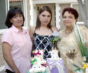La festejada junto a Patricia M. Ubillo Díaz y LEticia M. Solís de Flores.