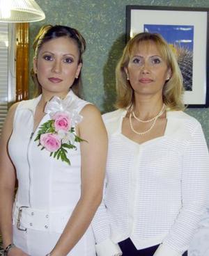 Alicia Mayela Martínez Olvera junto a su mamá Mayela Olvera Hernández en la despedida de soltera que le ofreció en días pasados