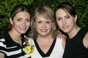 Liz Dabdoub Velázquez acompañada de su mamá, Laura Velázquez de Dabdoub y de su hermanita, Helwe Dabdoub, en su despedida de soltera