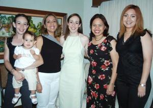 Esperanza Lavín González acompañada de sus amigas, en la despedida de soltera que se le ofreció en días pasados por su próxima boda.