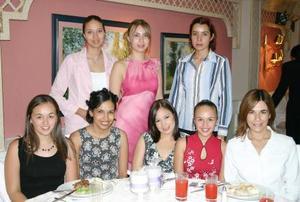 Maribel Escajeda Reza acompañada de algunas asistentes a su despedida de soltera.