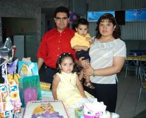 <u><b> 14 de Junio </u> </b><p> María Fernanda Solís Ahumada acompañada de sus papás, Héctor Solís y Juanis Ahumada y de su hermano Héctor Solís Ahumada, en su fiesta de cumpleaños, realizada en días pasados.