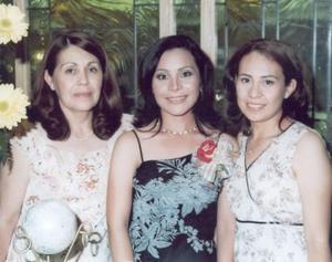 Nancy en compañía de las anfitrionas de su festejo, María Guadalupe Muñoz de López y Lupita López Muñoz.
