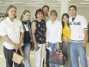 Norma y Alexander Schmidt viajaron a Alemania y fueron despedidos por Ivonne, Lucy, Cristina y Fernanado.