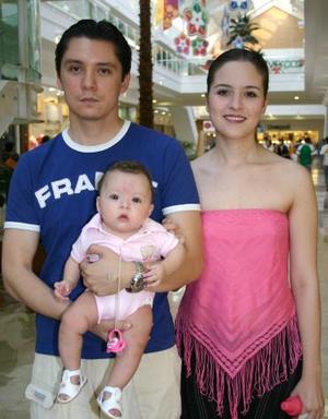 René Martínez, Carolina Anguiano y la pequeña Carolina.