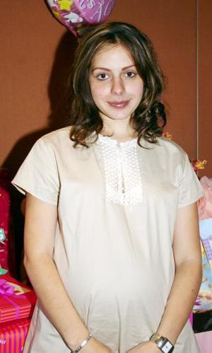 Janeth Bitar de Pose, espera la llegada de su bebé y por tal motivo, recibió numerosas felicitaciones.