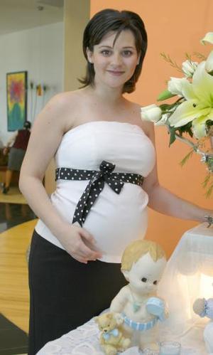 Martha Padilla de Piña recibió numerosas muestras de cariño de parte de sus invitadas, quienes gozaron de una entretenida mañana.