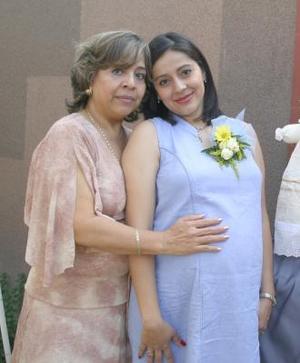 <u><b> 15 de Junio </u> </b><p>  Rosa Velia Contreras de Almaraz, con su mamá Graciela Salazar de Contreras quien le ofreció una fiesta de canastilla.