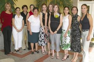 Ana Chew de García, con algunas de las asistentes a su fiesta de canastilla celebrada recientemente.