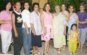 Esmeralda Arias Guerrero acompañada de algunas invitadas a su despedida de soltera.