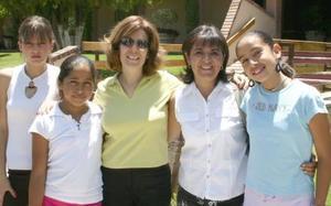 Luisa Fernanda Parra, María José Alvidrez, Mayela de Parra, Laurdes de Lomelí y María Fernanda Lomelí, captadas en un club de la localidad.