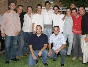Roberto Muñoz acompañado de sus amigos, en la despedida de soltero que se le ofreció por su próxima boda.